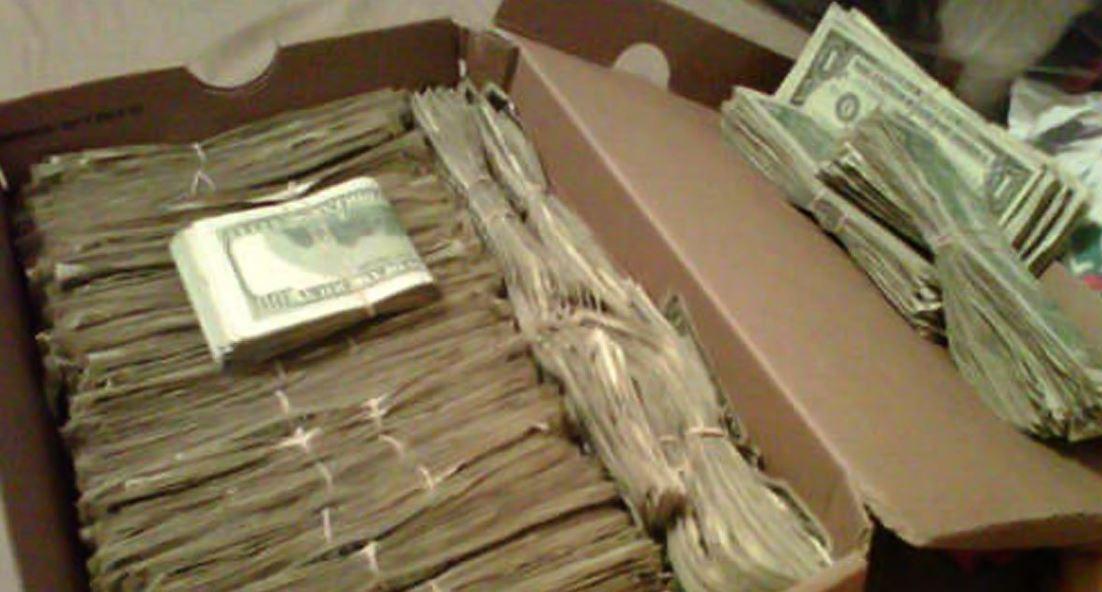 A férj egy doboznyi pénzt talál haldokló neje polcán. Nevetett kínjában amikor rájött honnan a mesés vagyon: