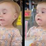 Ez a tüneményes kislány életében először iszik kólát. Reakciója felülmúlhatatlan: