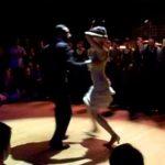 A hölgy elkezd táncolni. A közönséget rögtön megbabonázza: