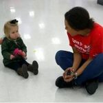 Ez a durcás kislány őrületes hisztirohamot kapott az üzletben. Az eladó ahelyett, hogy kiakadt volna, sokkal jobbat talált ki: