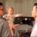 Ez a kis huncut most találkozik először apukája ikertestvérével. Hirtelen azt se tudja, melyik az apukája. Videón a pillanat: