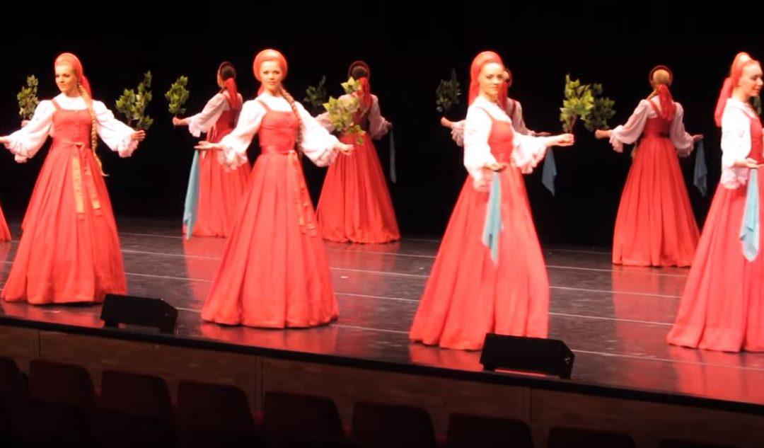 Ezek a táncosnők úgy suhannak, mintha kerekeken gurulnának: fittyet hánynak a fizika törvényeire