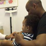 Látja, hogy a kisgyerek fél, ezért a doki olyan mókásan adja be neki az injekciót, hogy sírás helyett nevetni kezd: