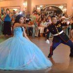 Apa és lánya esküvői tánca unalmas keringőnek indult, szédítő koreográfia lett belőle, a násznép imádta: