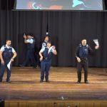Kilenc rendőr lépett színpadra, a közönség már fél perc után tombolt: