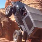 A terepjáró egy óriási sziklafal elé érkezett: a sofőr úgy döntött, felmegy rajta