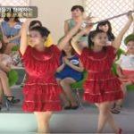Kedves, piros ruhás lányok érkeznek a színpadra: a közönség harsányan kacagni kezd, mert minden megváltozik
