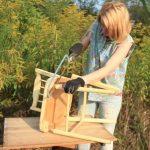 Kivitte ezt a rozoga széket, levágta a lábait, és káprázatos kerti dolgot készített belőle:
