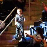 A közönség nem is a koncertre figyelt, mert ez a kissrác előadásával ellopta a show-t