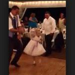 Az esküvőn mindenki a kis koszorúslány szuper táncára figyelt: még a DJ is a hatása alá került