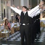 A vőlegény és 9 barátja fergeteges táncot mutatnak be, örült jó zenékre: a násznéppel nem lehet bírni