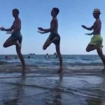 Imádja a világ a tengerben táncoló öt szabolcsi néptáncos fiút: már több, mint félmillióan látták a videót