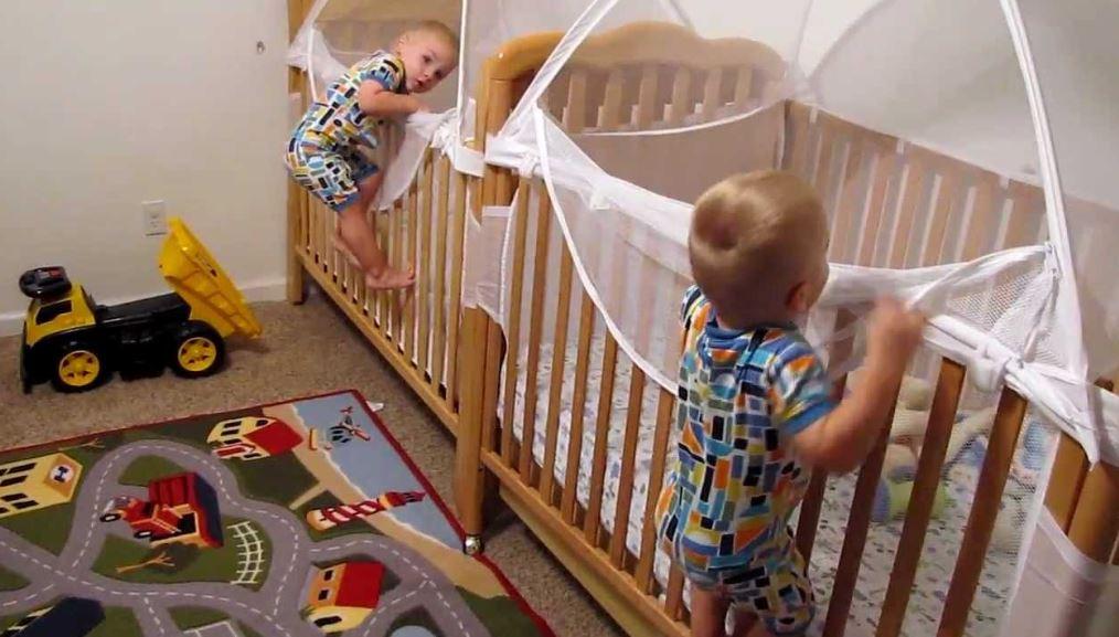 Az anyuka lefektette az ikreket, ők azonban alvás helyett egészen mást terveztek