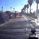 A motoros le akarta törni a türelmetlen autós visszapillantóját, ám a karma rá is lecsapott: videón az eset