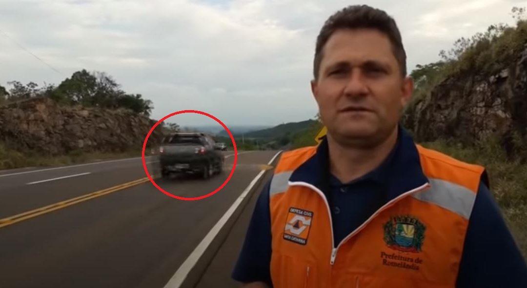 Épp az új fekvőrendőr hasznosságáról beszélt, amikor megjelent egy száguldó autós