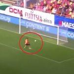 Még egy dédnagymama is berúgta volna a labdát az üres kapuba, ám ennek a játékosnak sikerült kihagynia a ziccert: videó