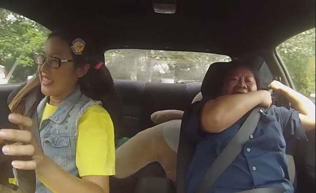 Az oktatók nem tudják, hogy az ártatlan arcú nő valójában vérpofi autóversenyző: csak nézd az arcukat, mikor a lány a gázra lép