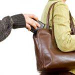 A zsebtolvaj benyúlt a nő táskájába: mikor megérezte, mit talált ott, pánikszerűen visszatette, ám már késő volt
