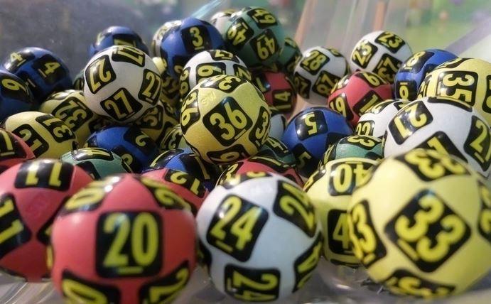 Egy jamaicai lottónyertes szuper cselt eszelt ki, hogy a nyeremény átvételekor ne ismerjék fel a pénzéhes rokonok, ismerősök
