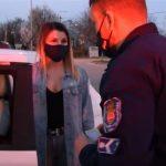 A gyanútlan nő azt hitte, igazoltatják a rendőrök: aztán kipattan valaki a rendőrautóból, a hölgy pedig zokogásban tör ki
