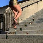 A nő magassarkúban próbál végigsétálni az üvegeken: a videóból kiderül, sikerrel járt-e