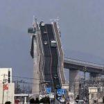 Ez nem retus és nem is hullámvasút: valóban így néz ki egy híd Japánban, amire felhajtanak az autók