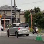 A robogót üldözőbe veszi a rendőrautó: nézd, milyen furfangos csellel tud elmenekülni
