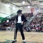 """A berezelt srác alig mer felmenni a színpadra, ám Michael Jackson koreográfiája kihozza belőle a """"vadállatot"""":"""