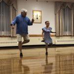 A nagypapa és unokája együtt olyan fergeteges táncot adnak elő, hogy mindenki őket ünnepli