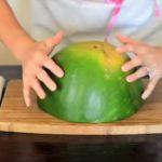 Ez a hölgy talált egy szuperjó módszert, amivel egyszerűen és gyorsan felszeletelheted a görögdinnyét