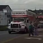 A szabálytalanul átkelő gyalogos szitkozódni és mutogatni kezdett az autósoknak, bár ne tette volna: a karma rögtön utolérte