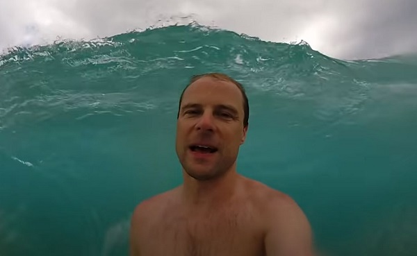 Épp magát videózta a tengerben, amikor jött egy észveszejtően nagy hullám: a kamera felvette, mit művelt a gigászi víztömeg