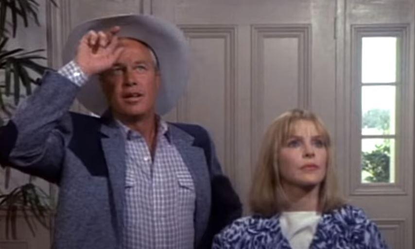 Kevesen tudják, hogy Brad Pitt is szerepelt a Dallasban 1987-ben: ilyet fejet vág Jenna és Ray, mikor meglátja őt. Te felismernéd?