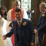Mielőtt felhúzná a gyűrűt, a vőlegény hirtelen kirohan a templomból: videó örökítette meg, miért tette mindezt