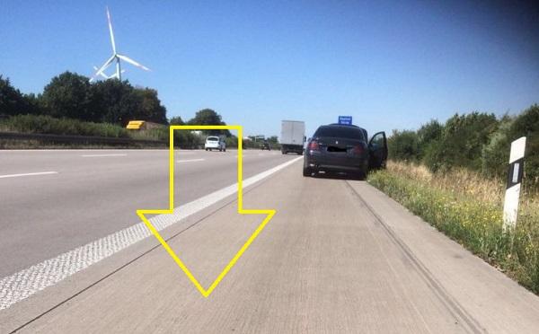 Nem volt nála elakadásjelző háromszög: mikor a rendőrök meglátták, mit tett, kitört belőlük a nevetés